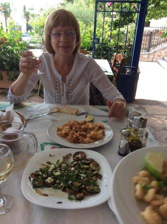 Tsakas: Кальмары, овощи гриль и белое домашнее вино - очень вкусны
