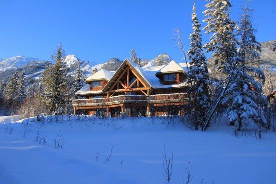فاجابوند لودج آت كيكينج هورسي ريزورت: Ski slopes at Kicking Horse Resort are all in the back yard of Vagabond Lodge.