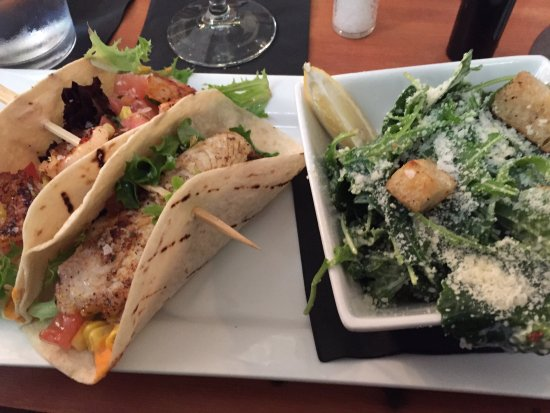 State College, Pennsylvanie : Shrimp and Fish tacos with Kale Caesar Salad