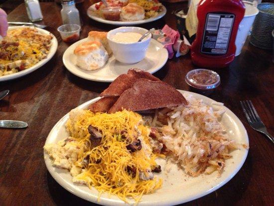 Graham, تكساس: Friends of 50 years enjoying the Dinner Bell Scramble.