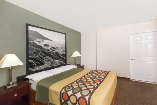 Super 8 Monterey: One Queen Bed