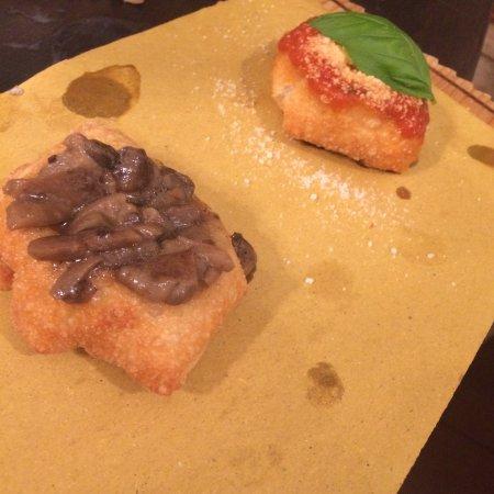 Civita Castellana, Italien: Panzerottini fritti con funghi e classico pomodoro basilico
