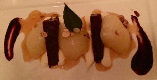 Ocean Cape Arundel Inn : Pears for dessert?
