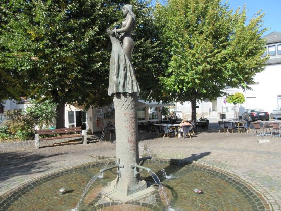 Bullay, Allemagne : la terrasse sous les tilleuls donne sur une charmante fontaine