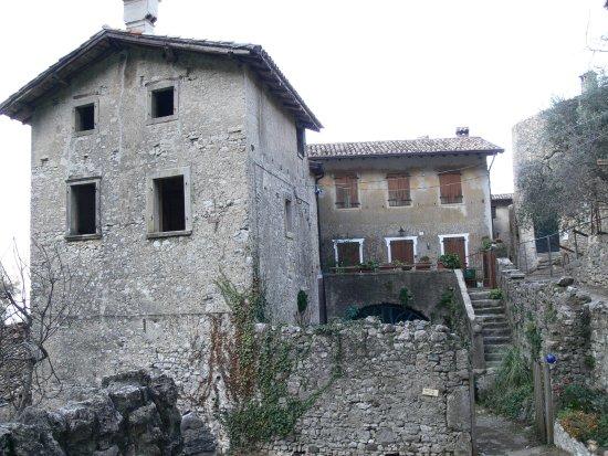 Brenzone, อิตาลี: Campo lato verso la chiesetta.