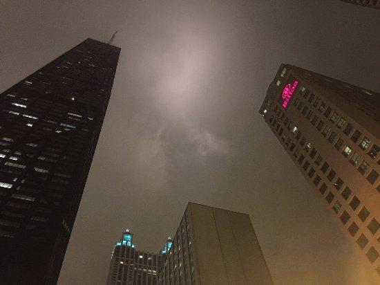 Hilton Chicago/Magnificent Mile Suites: Walking distance to the Hancock building