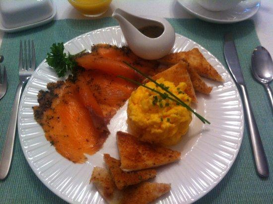 Spittal, UK: Heerlijk ontbijten met scrambled eggs en gravad lax