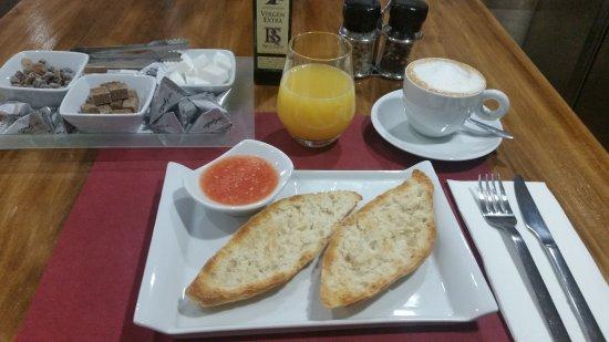 Tres Cantos, Espanha: Desayunos con barritas pan masa madre, tomate fresco, aceite de oliva, cafe natural 100% Arábica