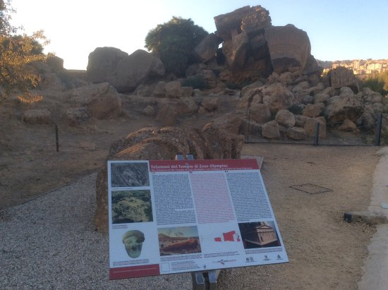 Valley of the Temples (Valle dei Templi): Ruinas de un templo y una réplica de un atlante. El original se encuentra en el museo arqueológi