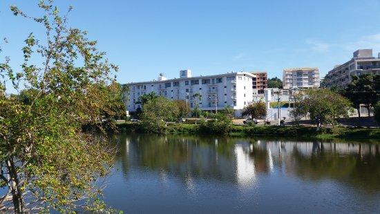 Mogi Mirim, SP: Localização do hotel em frente ao lago