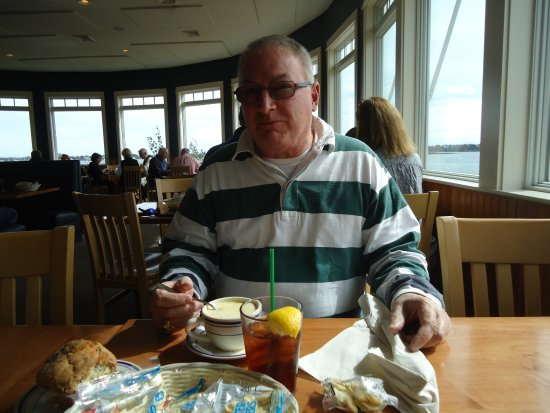 Harpswell, ME: Fish Chowder, please note the amazing muffin of blueberry