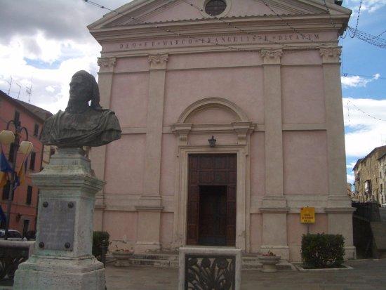 Grotte di Castro, Italie : busto di paolo di castro di fronte alla chiesa di san marco