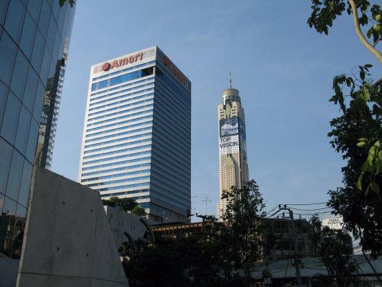 Amari Watergate Bangkok: Наш отель Амари и вид на Байок Скай.