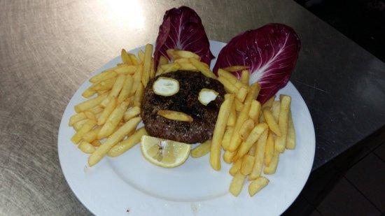 Sacrofano, Italien: Hamburger di Chianina da 300g e chips