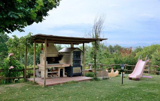 Giardino con barbecue e giochi per bambini picture of - I giardini di giano ...