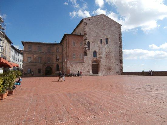 Gubbio, Italia: Piazza grande verso il palazzo pretorio