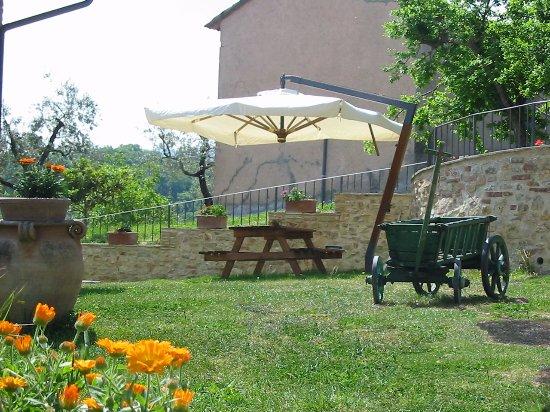 Giano dell'Umbria, İtalya: giardino bello e con tutti i confort