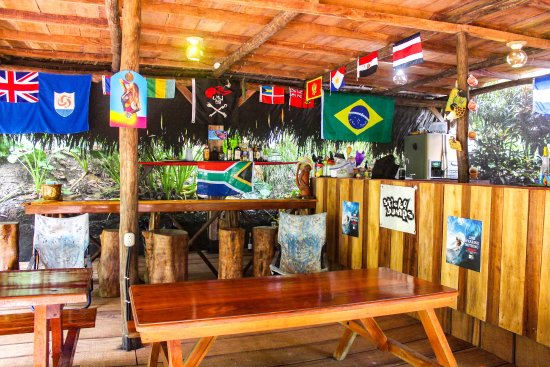 Pavones, Costa Rica: Rancho, bar, lounge & communal kitchen area