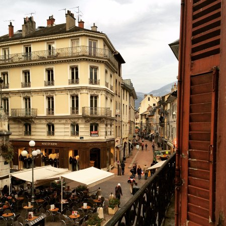 Théâtre Hôtel : Chambery going about its day from my balcony.