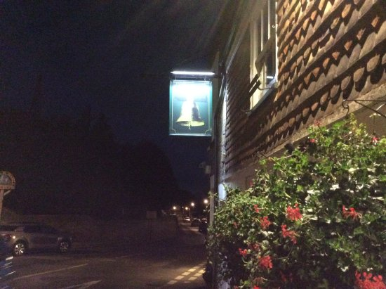 Minster, UK: Outside the Bell Inn at night .