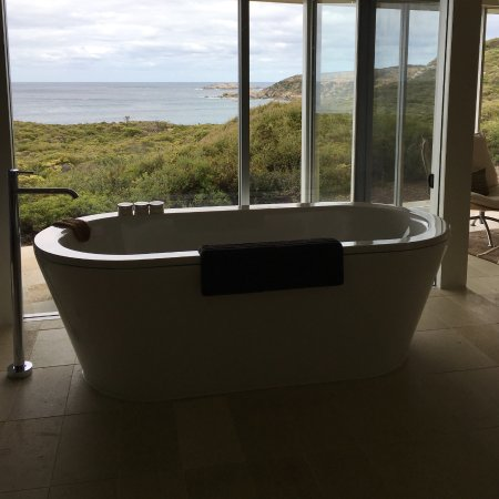 Southern Ocean Lodge: Bath and view