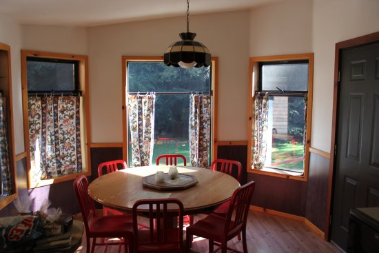 Big Sur Campground & Cabins: Cabin 102 Dining Area