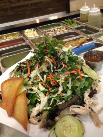 Brea, Kalifornia: House made Toasted sesame ginger dressing on our Asian Chicken Salad