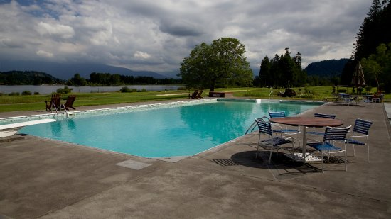 Harrison Mills, Canadá: From the pool deck overlooking the Harrison River.