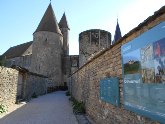 View entering Chateauneuf castle
