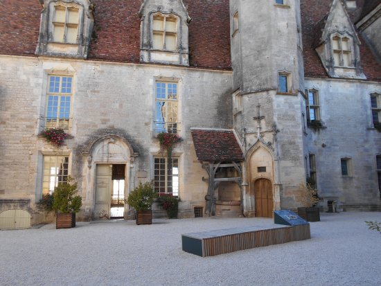 Chateauneuf, Francia: Chateuneuf courtyard with well