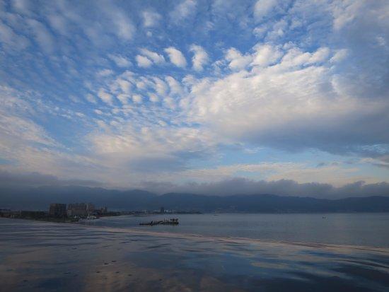 Suwa, Japan: 屋上の露天風呂から諏訪湖を眺める