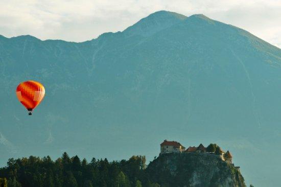 3glav Adventures: Balloon flight over Lake Bled\