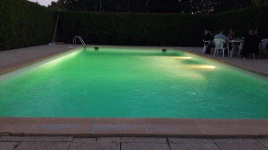 Le Mas de l'Olivier : piscine à l'arrière de l'hotel