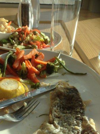 Carrigart, Irlandia: Uneaten fish & salad