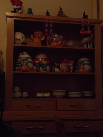 Springfield B&B: Nice collection of cookie jars!