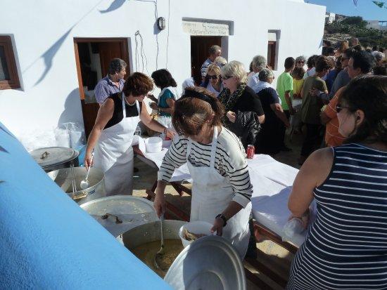 Donousa, Grekland: Célébration de Ste Sophia (17/09) - Après la céromonie, un petit repas