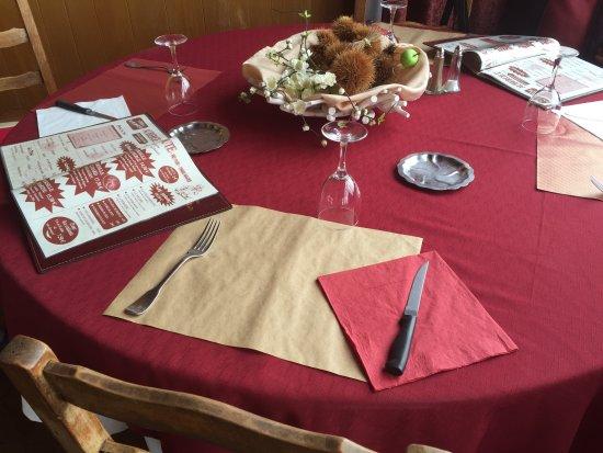 Naves, فرنسا: Belle table pour le déjeuner 
