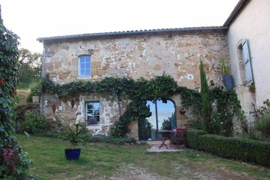 Fons, France : Jardin, entrée suite vigne