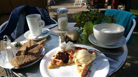 Kaffeeflut: Waffel und Milchkaffee