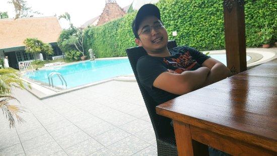Tulips Hotel & Restaurant: Duduk santai di pinggir kolam renang