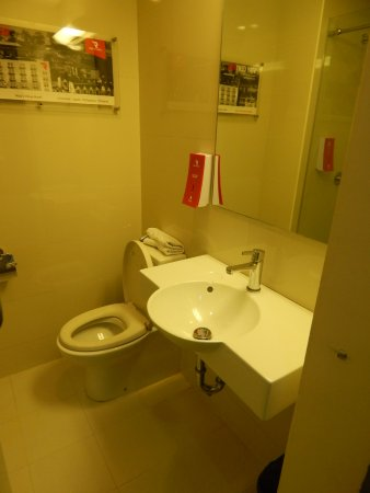 Red Planet Ermita, Manila: Notice the Red Soap Dispenser next to the sink near the toilet.