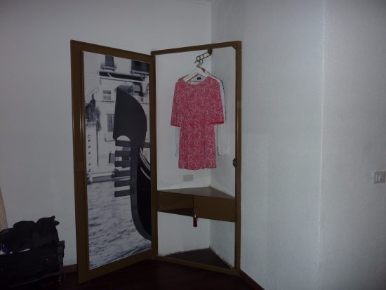 Albergo Marin: Funky Wardrobe and Safe