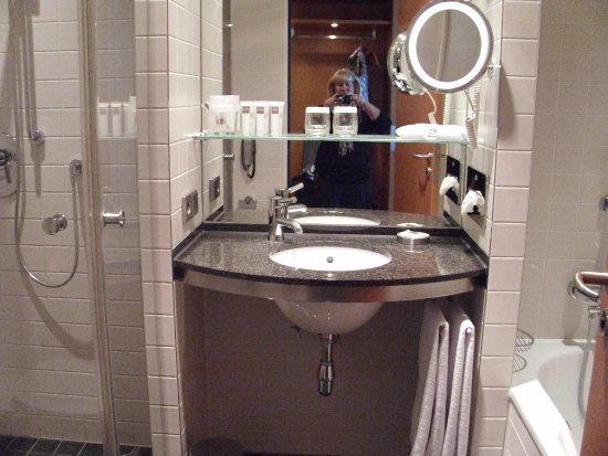 Swissotel Berlin: Zimmer mit Dusche und Badewanne