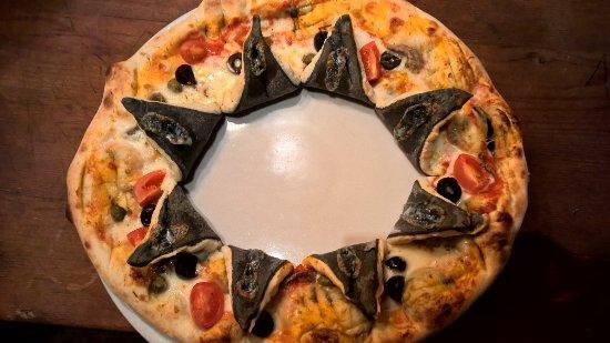 """Lomazzo, Italia: La pizza """"Giullare"""" con impasto tradizionale ed al carbone attivo"""