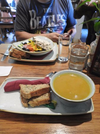 Navan, Irlanda: Greek salad and Soup & bread