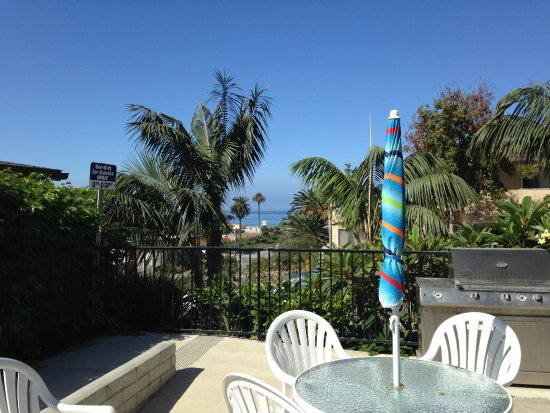 Moonlight Beach Motel: lovely courtyard area with grills and views of the beach