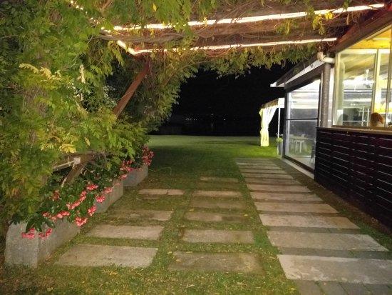 Cadrezzate, Itália: Ingresso al ristorante alla sera, con vista sul Lago di Monate