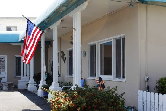 Cayucos Motel: Office area where the continental breakfast is served