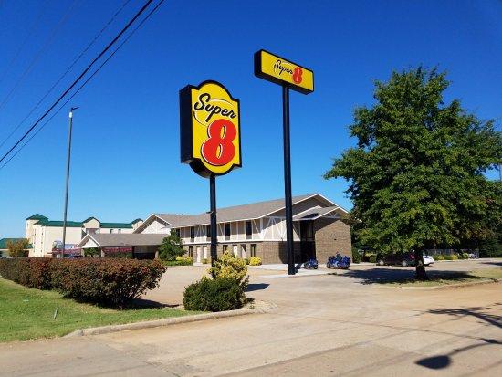 Super 8 Bentonville: East Entrance