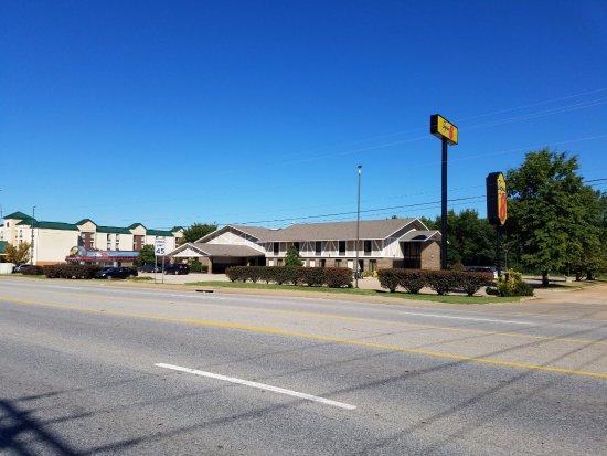 Super 8 Bentonville: Street View